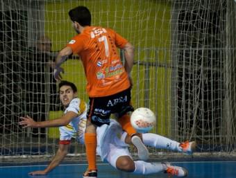 Adolfo refusa una pilota davant del visitant Isi MARFIL SANTA COLOMA
