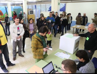Un grup de votants a Olot el passat diumenge 9 de novembre.  Foto:ARXIU /MANEL LLADÓ