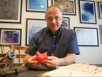 Josep Lagares, director general de Metalquimia, s'inspira manipulant un Ball of Wacks.  ARXIU/MANEL LLADÓ