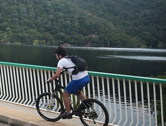 Ciclistes al pantà de Darnius on es té previst elaborar el pla d'usos per l'embassament i l'entorn MANEL LLADÓ