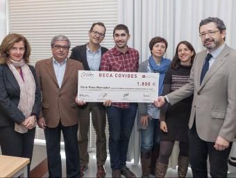 Pere Pons, al centre, sosté el títol de vencedor.  Foto:L'ECONÒMIC
