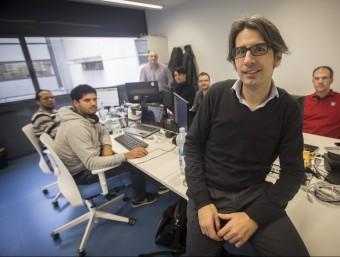 Alfredo Ouro amb l'equip d'enginyers de HallSt a les oficines al Centre Tecnològic Barcelona Nord.  ALBERT SALAMÉ