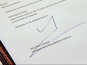 La signatura d'Artur Mas en el decret de convocatòria del 9-N i, al costat i de dalt a baix, les firmes de Hitler, Antoni Gaudí, Bill Gates i Steve Jobs. ARXIU
