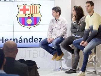 El moment de la presentació en què va sortir Xavi, que està a l'esquerra dels tres seleccionadors, ahir a la seu de la FCF Foto:JOSEP LOSADA