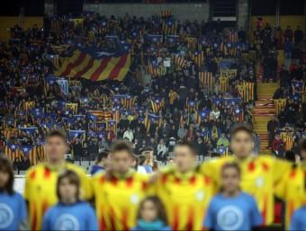 El moment de la interpretació de l'himne de Catalunya en el partit de l'any passat contra Cap Verd a l'estadi Lluís Companys QUIM PUIG