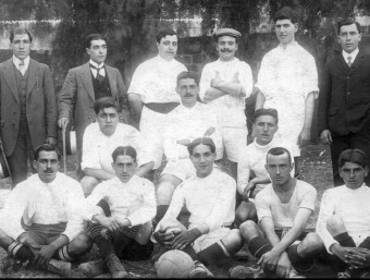 Una imatge de l'equip que va jugar al País Basc el 3 de gener de 1915 i, a sota, les dues seleccions amb una pancarta, el 2007 MEMORIAS DEL FUTBOL VASCO / O. DURAN