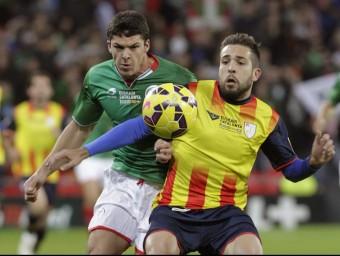 Jordi Alba lluita amb Capa, durant el partit d'ahir a San Mamés EFE