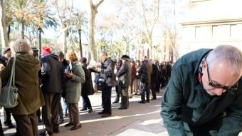Desenes de persones fan cua per autoinculpar-se pel 9-N davant el TSJC, aquest dilluns a Barcelona Foto:ANDREU PUIG