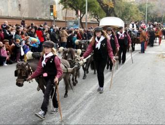 Una carrossa amb nens i cavalls petits als Tres Tombs de Sant Andreu ACN