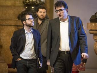 Els republicans Pere Aragonès i Lluís Salvadó parlen als passadissos del Parlament, en un imatge d'arxiu ALBERT SALAMÉ