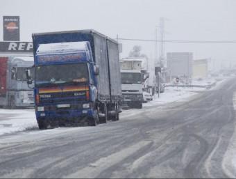 Camions aturats al Pla de Santa Maria, a l'Alt Camp, just on hi ha l'enllaç que ahir els impedia l'accés a l'AP-2, tallada a la circulació a causa de la neu.  J.C.LEÓN