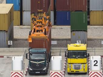 Camions carregan i descarregant contenidors al Port de Barcelona.  ARXIU/ALBERT SALAMÉ