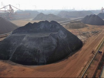 Reserves de mineral de ferro, al port de Yingkou.  REUTERS/SHENG LI