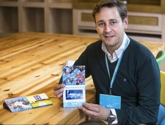 Marc García amb un prototip dels televisors de Viuing.  JOSEP LOSADA