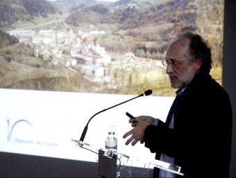 Joan Nogué, ahir, durant la seva intervenció a l'acte commemoratiu celebrat a la sala de plens de l'Ajuntament d'Olot. J.C
