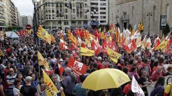 Milers de persones van recórrer els carrers del centre de València en la manifestació del 25 d'abril. JOSÉ CUÉLLAR