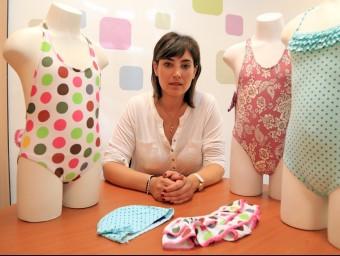 Una de les sòcies d'Erreqerre, Susana López, amb alguns productes de la firma.  JUANMA RAMOS