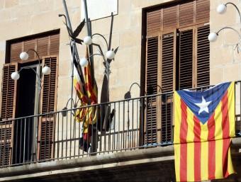 Una estelada al balcó de l'Ajuntament de Tàrrega el maig del 2015 ACN