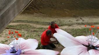 Dos operaris treballant en el muntatge del riu Onyar MANEL LLADÓ