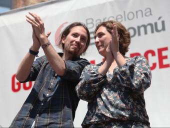 Pablo Iglesias, de Podemos, i Ada Colau en un miting a Barcelona.  ARXIU /ELISABETH MAGRE