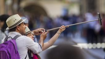"""Una parella fent-se una """"selfie"""" durant el Girona, Temps de Flors JORDI RIBOT"""