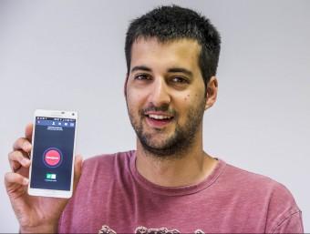 El fundador i director general d'Alpify, Guillem Viladomat, mostra l'aplicació.  JOSEP LOSADA