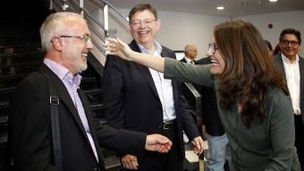 Mónica Oltra s'abraça efusivament amb el líder valencià de Podem , Antonio Montiel davant la mirada del candidat socialista Ximo Puig José cuéllar