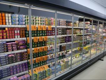 Lineal amb productes alimentaris d'un supermercat.  MANEL LLADÓ