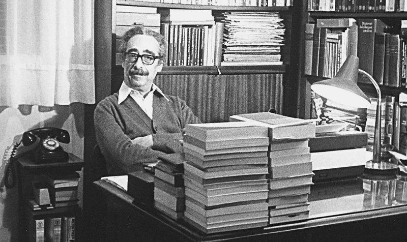 Imatge de Manuel de Pedrolo al seu despatx.