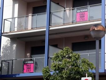 """Diversos pisos amb el cartell que diu """"en venda"""".  ARXIU /JUDIT FERNANDEZ"""