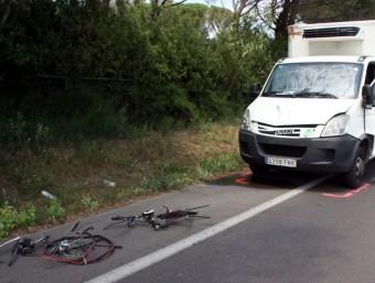 El lloc de l'accident, amb la bicicleta i el vehicle implicat ACN