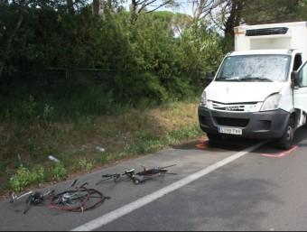 La bicicleta en dos trossos i el camio que la va envestir. ALEX RECOLONS / ACN