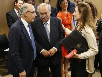 El ministre Montoro i el conseller Mas Colell abans d'iniciar el Consell de Política Fiscal i Financera.  ARXIU