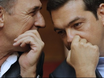 El primer ministre grec, Alexis Tsipras, parla amb el titular d'Economia, Giorgos Stathakis REUTERS