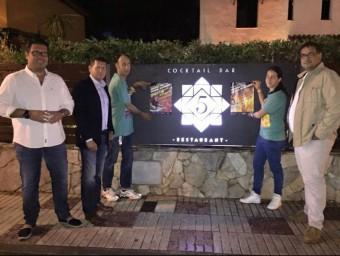 La presentació de la campanya: d'esquerra a dreta, Sergi Esteva, vicepresident de l'Associació de Bars, Restaurants i Oci de Castell-Platja d'Aro i S'Agaró; Joaquim Boadas, Secretari General de la FECASARM; i Maurici Jiménez Ruiz, Tinent d'Alcalde de Promoció Econòmica, acompanyats dels dos promotors cívics de la campanya EL PUNT AVUI