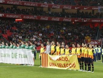 Les dues seleccions , amb una pancarta reivindicativa, en el partit disputat l'any passat a San Mamés Foto:ORIOL DURAN