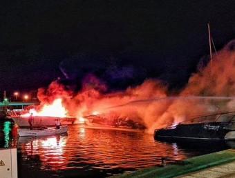 Els serveis d'emergència intentant apagar l'incendi als vaixells. XAVI GARCIA / PROTECCIÓ CIVIL