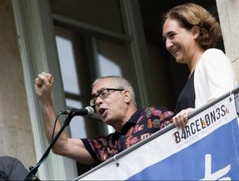 El pregoner, d'Alfred Picó, al costat de l'alcaldessa, Ada Colau. Albert Salamé