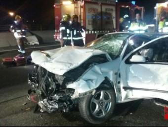 Imatge d'un dels cotxe implicats en l'accident a l'AP-7 a Santa Perpètua de l aMogoda @BOMBERSCAT