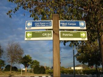 Poste de senyalització de rutes a Potries. EL PUNT AVUI