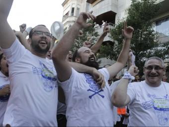 Els blancs celebrant el triomf després de la prova de l'estirada de corda, divendres a la tarda GRISELDA ESCRIGAS