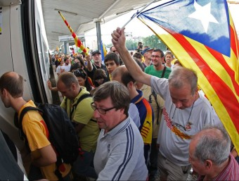 Participants en la manifestació de la Diada 2012 pugen a un tren a l'estació de Girona LLUÍS SERRAT