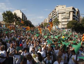 Participants a la Via Lliure aixequen els seus punters de cartolina, aquest divendres a la Meridiana de Barcelona ORIOL DURAN