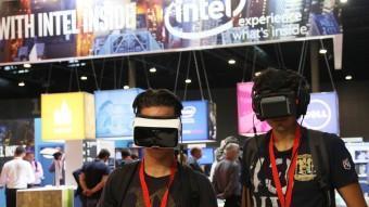 Dos visitants del congrés IOTSWC experimenten amb visors de realitat virtual durant la jornada d'ahir ELISABETH MAGRE