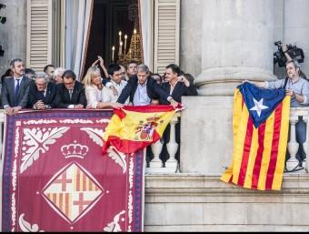 Fernández Díaz (PP) i Jordi Coronas (ERC) amb les ensenyes al balcó JOSEP LOSADA