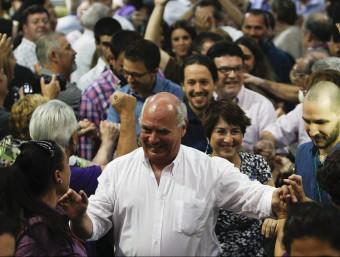Lluís Rabell, entrant a la Farga d'Hospitalet amb Pablo Iglesias darrere EFE