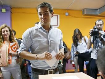 Rivera, emetent el vot en un col·legi de l'Hospitalet REUTERS