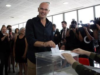 El candidat de Junts pel Sí, Raül Romeva, en el moment de votar al Casal Mirasol de Sant Cugat del Vallès ACN