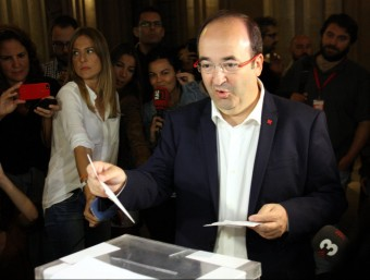 Iceta vota al seu col·legi electoral de la UB al centre de Barcelona ACN