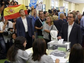 """Mas, emtent el vot entre banderes espanyoles i crits d'""""independència"""" REUTERS"""